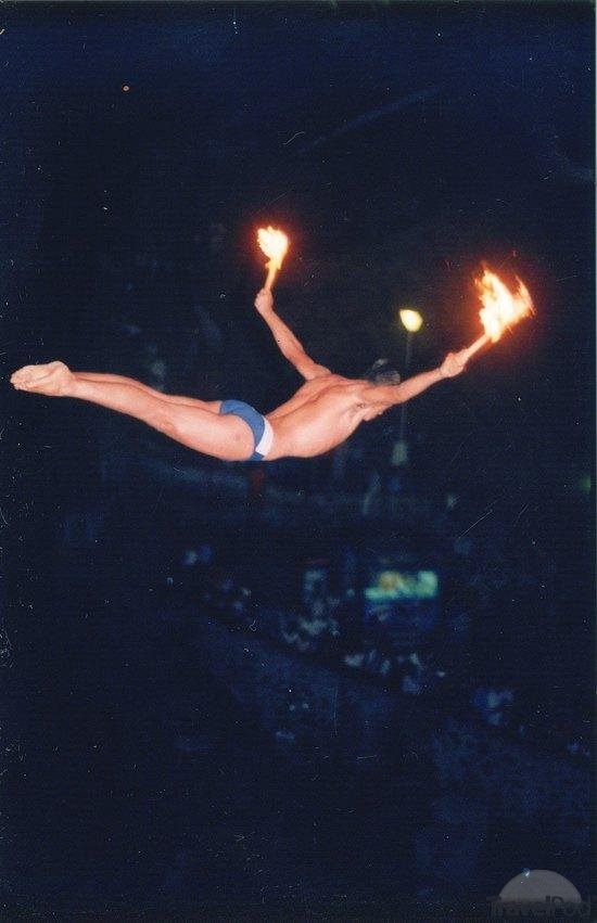 the-last-cliff-diver-of-the-night-jumps-w-torches-acapulco